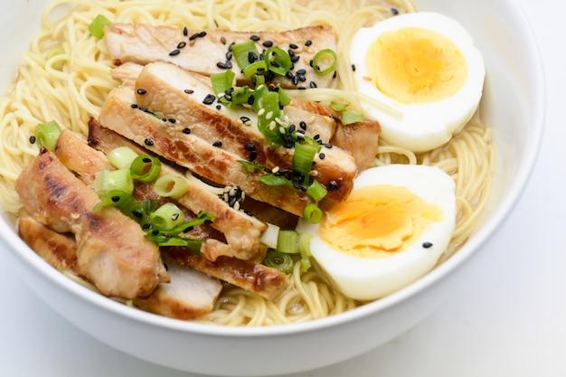 Miso ramen mit ei und schweinefleisch, hausgemachtes japanisches essen