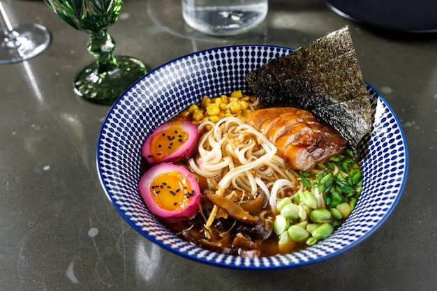Misosuppe mit aalpilzen, eiern, gemüse und udonnudeln