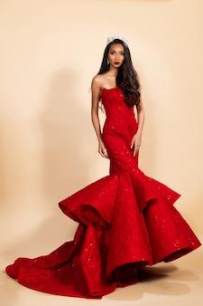 Miss beauty pageant queen wettbewerb im asiatischen kleid