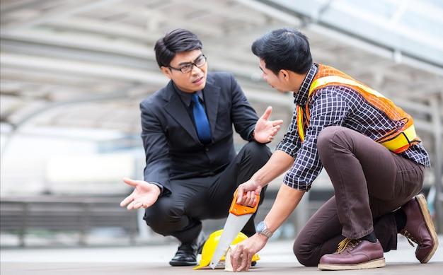 Missverständnis zwischen geschäftsmann und jungem ingenieur beim profi