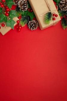 Mistel, tannenzapfen und weihnachtsgeschenke auf rotem tisch