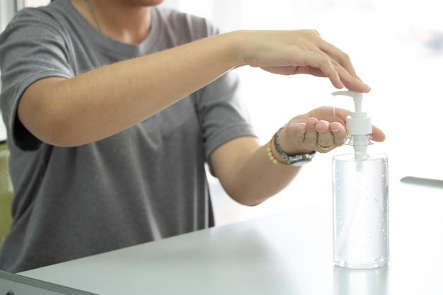 Mit alkohol gel sauber waschen händedesinfektionsmittel antiviren bakterien schmutzige hautpflege
