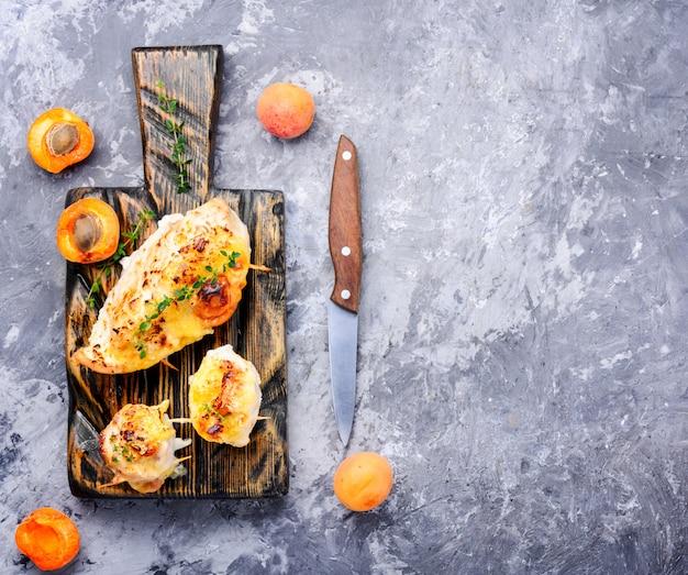 Mit aprikosen gekochte hähnchenbrust
