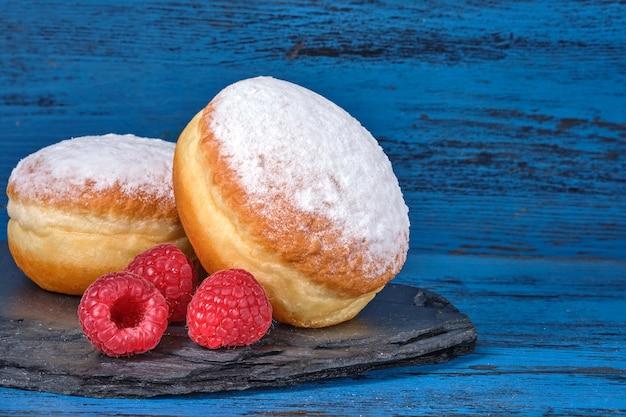 Mit berliner gelee gefüllter donut mit himbeere
