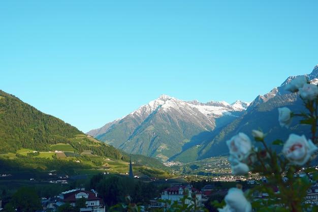 Mit blick auf gebäude, umgeben von steilen bergen
