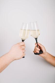 Mit champagner anstoßen