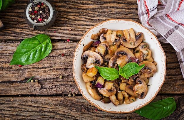Mit champignons, auberginen, auberginen und basilikum anbraten. gemüseeintopf.