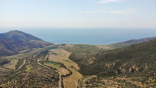 Mit dem auto reisen. die green mountains und die küstenstraße des schwarzen meeres aus der vogelperspektive