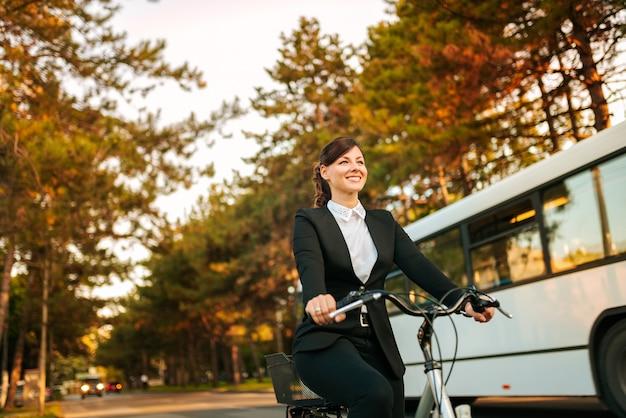 Mit dem fahrrad zur arbeit gehen. gesundes lebensstilkonzept.