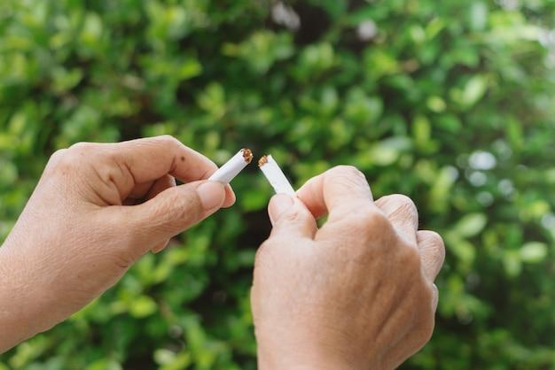 Mit dem rauchen aufhören, kein tabak-tag, mutterhände brechen die zigarette