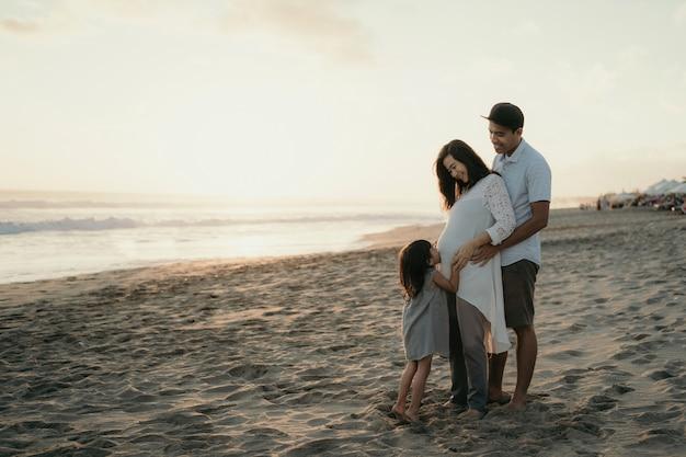 Mit der familie den strand genießen