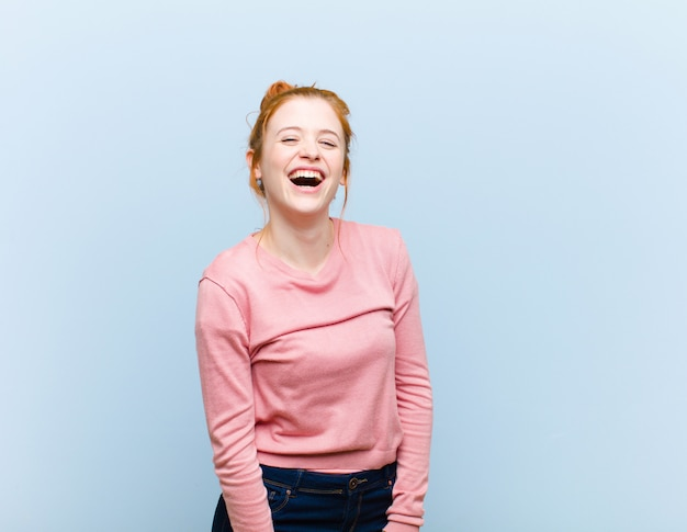 Mit einem großen, freundlichen, sorglosen lächeln, das positiv, entspannt und glücklich aussieht und entspannt