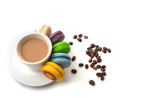 Mit einem kaffee mit macarons