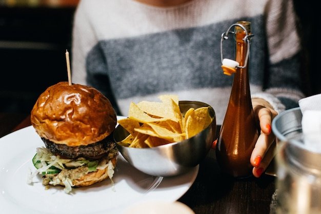 Mit einem saftigen rindfleischburger in einem restaurant feiern