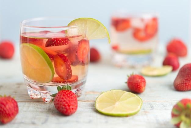 Mit erdbeere und limette wässern
