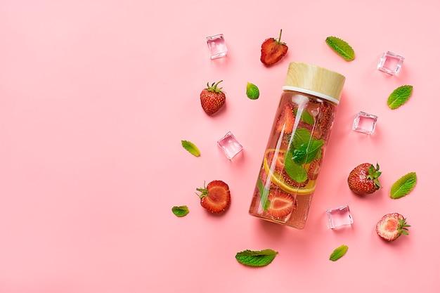 Mit erdbeeren angereichertes wasser, cocktail, limonade oder tee.