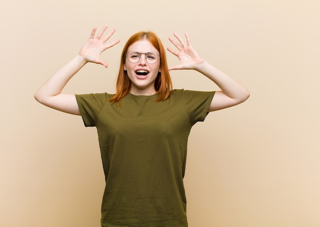 Mit erhobenen händen schreien, sich wütend, frustriert, gestresst und verärgert fühlen