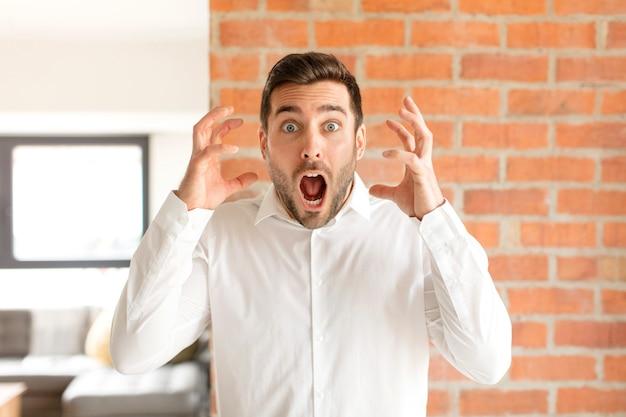 Mit erhobenen händen schreien, wütend, frustriert, gestresst und verärgert sein