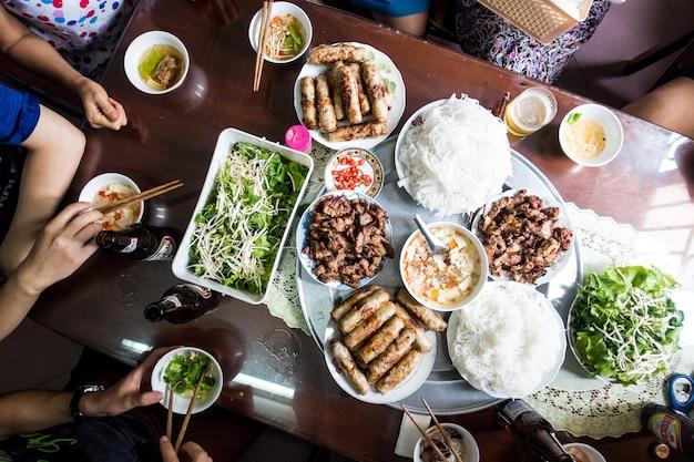 Mit familie auf vietnamesischem traditionellem lebensmittel essen