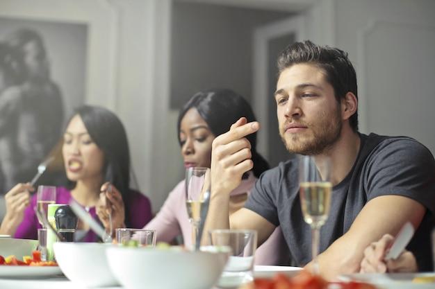 Mit freunden zu abend essen