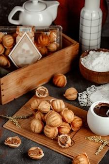 Mit gekochter kondensmilch gefüllte sandnüsse