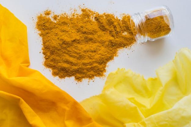Mit gelbem farbstoff pigmentiertes tuch