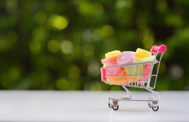Mit gelee überzogene süßigkeiten und ein einkaufskorb