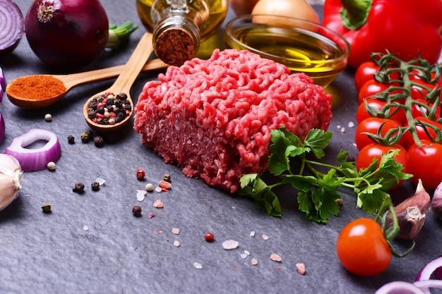 Mit gewürzen und gemüse gehacktes rindfleisch