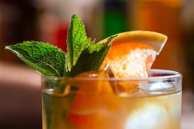 Mit grapefruitscheibe trinken. eis und minze. cooles getränk das super schmeckt. schützen sie sich vor der hitze.