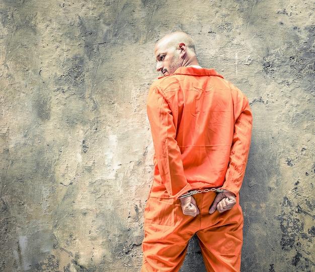Mit handschellen gefesselter gefangener, der auf die todesstrafe wartet