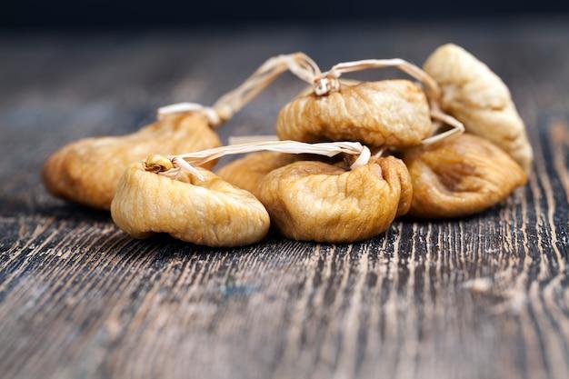 Mit hilfe der sonne auf natürliche weise getrocknete feigen, getrocknete gelbe essbare fruchtfeigen