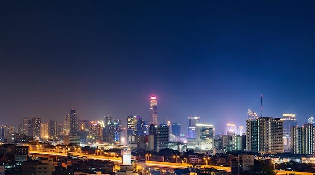 Mit himmel nachts in bangkok, thailand errichten