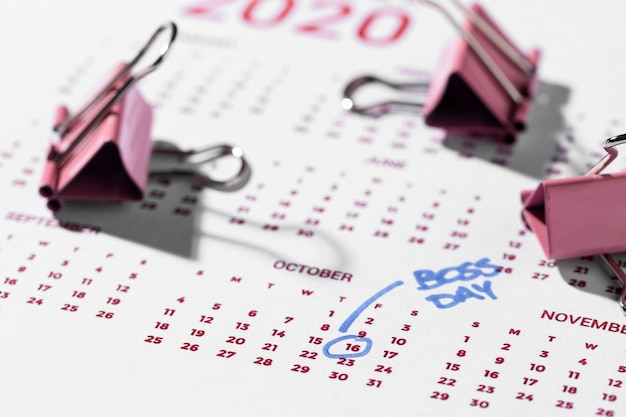 Mit hohem winkel markierter kalenderboss-tag