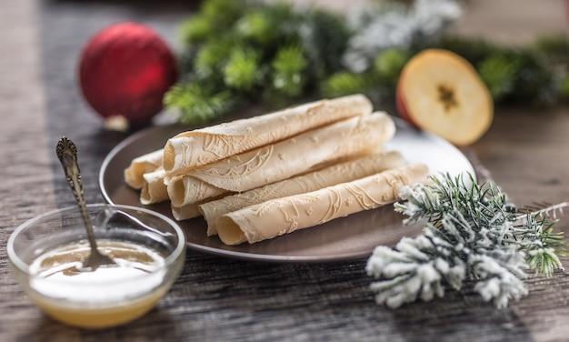 Mit honig gerollte waffeln. traditionelles slowakisches und tschechisches weihnachtsgebäck - oblatky.