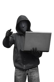 Mit kapuze hacker mit der maske, die laptop hält, während ernennen sie
