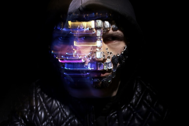 Mit kapuze mann des kunstporträts mit großem bergkristallgesicht