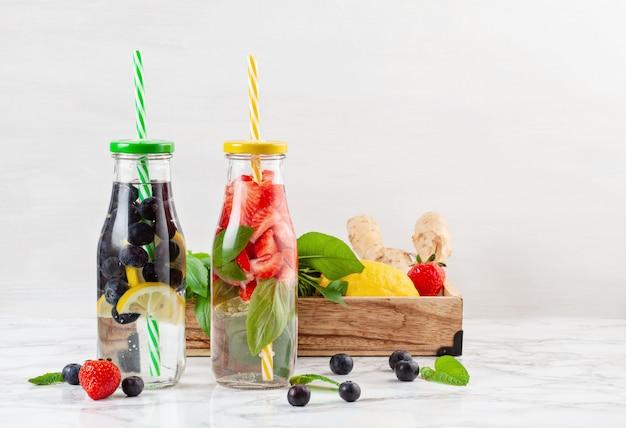 Mit kräutern und früchten aromatisiertes wasser. sommerliches erfrischungsgetränk