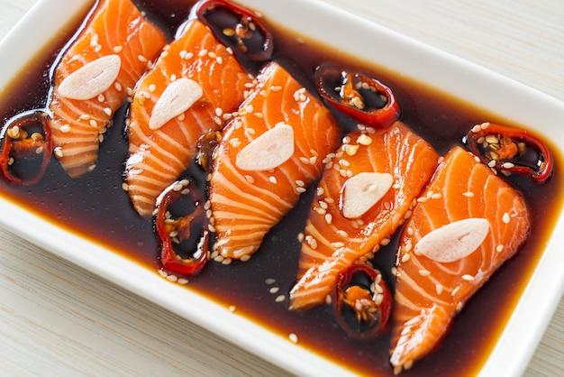 Mit lachs mariniertes shoyu oder mit lachs eingelegte sojasauce nach koreanischer art