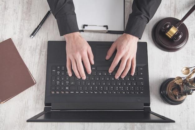 Mit laptop urteilen. recht und gerechtigkeit