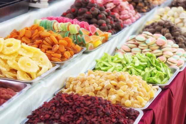 Mit leckeren gummibärchen stehen. buntes straßenlebensmittel mit süßen geschmackvollen köstlichen süßigkeiten in budapest, ungarn
