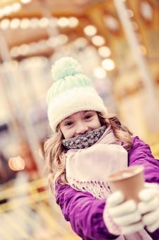 Mit liebe. charmantes kind, das das wochenende mit großer freude verbringt und leckeren tee genießt