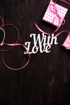 Mit liebesbeschriftung und geschenkbox
