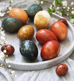 Mit natürlichen farbstoffen, kohl, kamille, hibiskus und zwiebelschale gefärbte ostereier.