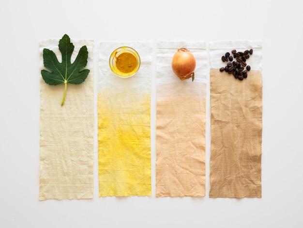 Mit natürlichen pigmenten gefärbte tücher