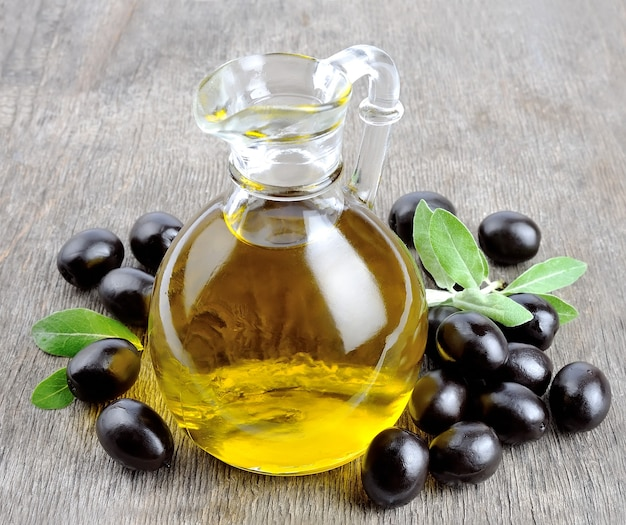 Mit oliven und einer flasche olivenöl verzweigen