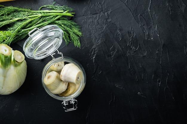 Mit olivenöl marinierte artischockenherzen auf schwarzem strukturiertem hintergrund