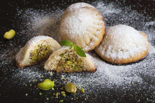 Mit pistazien und datteln gefüllte kekse. nahansicht.