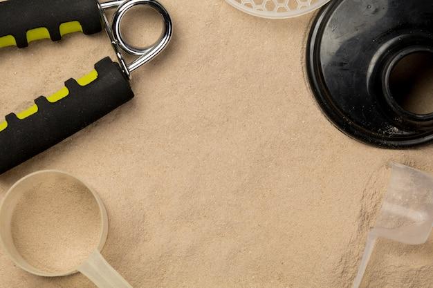 Mit proteinpulvern gefüllte schaufeln, damit die fitnessernährung mit dem training beginnt