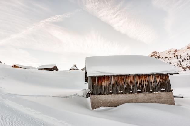 Mit schnee bedeckte betonhäuser