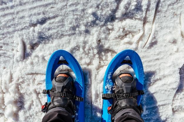 Mit schneeschuhen im schnee spazieren